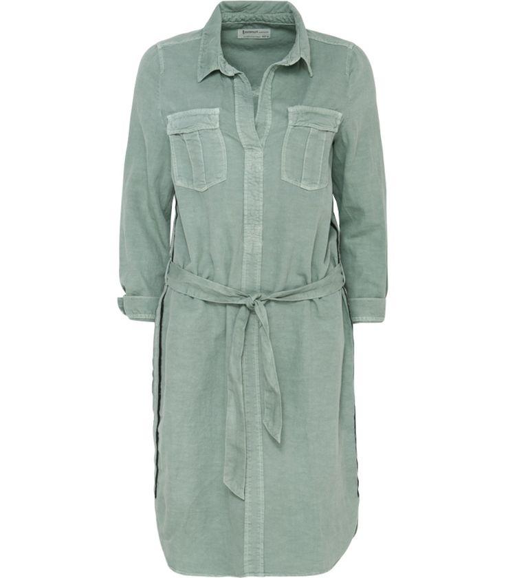 Dit seizoen zien we veel zachte en frisse pastelkleuren. Deze comfortabele jurk is uitgevoerd in een serene blauwtint. De multifunctionele details geven de jurk een stoer randje. Draag met een paar hippe stoffen sandalen voor een laidback look.