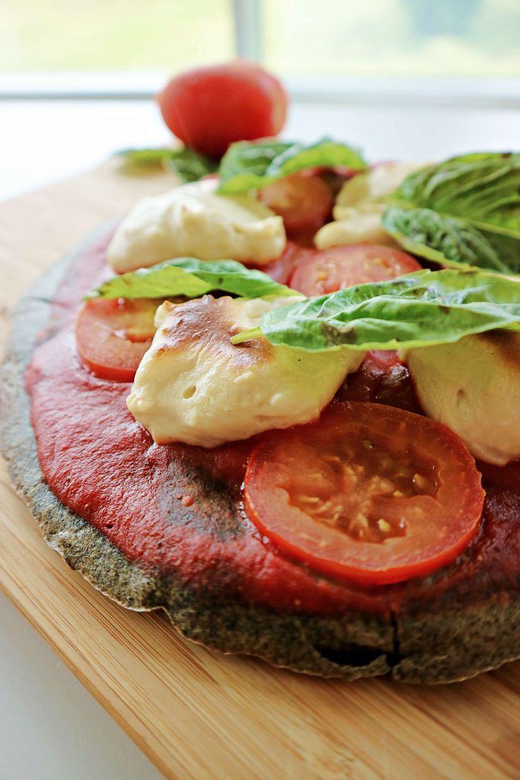 """Croûte de pizza au quinoa noir Dans un mélangeur, mélanger tous les ingrédients jusqu'à l'obtention d'une pâte lisse Dans un moule à tarte de 12"""", disposer du papier parchemin et huiler légèrement Vider la préparation dans le moule Cuire durant 30 minutes à 375 degrés F Retourner la pâte, enfourner à nouveau et cuire 10... Lire plus"""