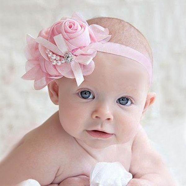Opvallend haarbandje met een grote bloem van chiffon, satijnen strikje en twee strengen parels.