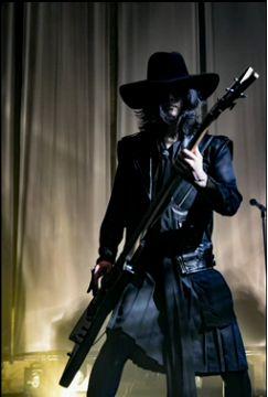 Foto de Toshiya en concierto mostrada en el niconico de hoy.