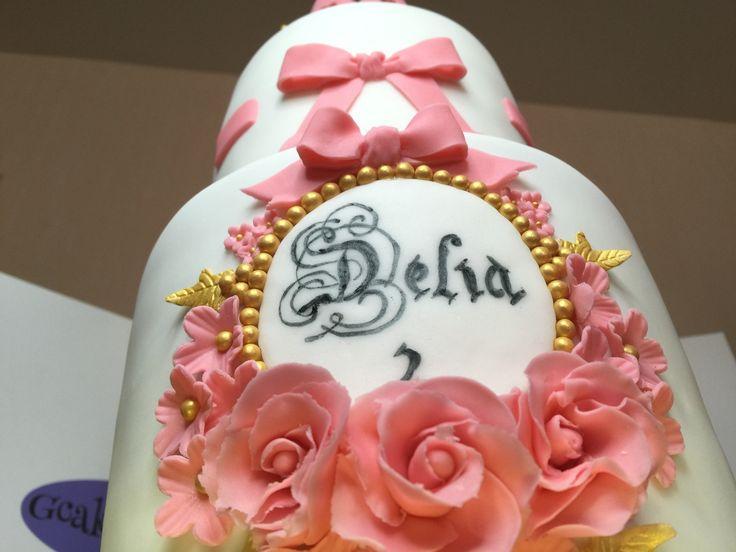 Gâteau princesse couronnée Il s'agit d'une pièce montée réalisé à l'occasion du second anniversaire d'une princesse. La base est composée d'un sponge cake au chocolat noir et d'une ganache montée au chocolat noir. Le niveau supérieur est un sponge cake...