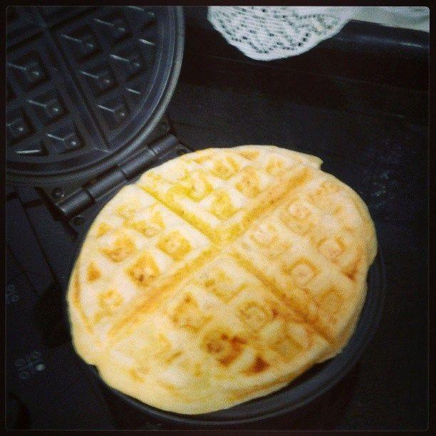 O Waffle Pão de Queijo é simplesmente delicioso e fácil de fazer. Quando ele está na máquina de waffle, exala aquele cheirinho de pão de queijo irresistíve
