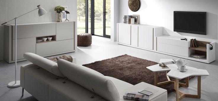 Modne, minimalistyczne kształty i drewno w delikatnej formie, które ukazuje się jedynie jako wypełnienie otwartych półek - to zestawianie będzie doskonale prezentować się w nowoczesnym salonie. Fot. Lepukka