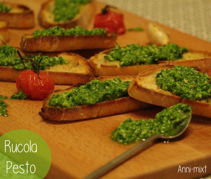 Das tolle an Pesto ist, dass es so vielseitig einsetzbar ist. Egal ob zu Nudeln, zum Verfeinern von Salaten oder ganz simpel zu geröstetem Baguette.