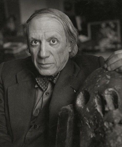 Mai 1944. Rue des Grands Augustins, Pablo Picasso dans son atelier avec la sculpture en bronze intitulée « Tête de Mort » datant de 1943. On peut trouver au dos de ce cliché cette inscription à l'encre bleue : « 1944. Picasso avait fait le vœu de ne pas se couper les cheveux avant la libération de la France. »