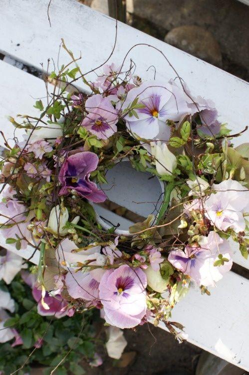 Nep bloemen kransen in de tuin