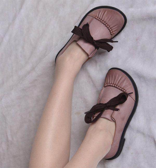 Закрытые туфли на толстой подошве с низким каблуком, декорированные бантом из широкой тесьмы