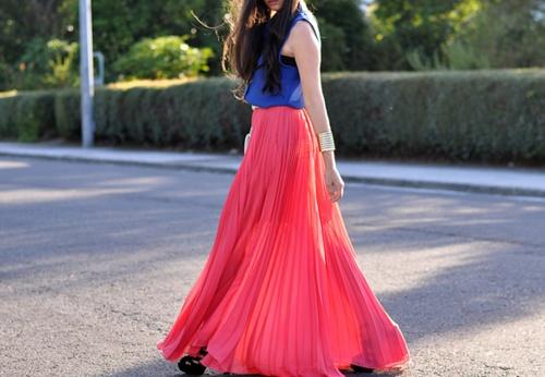 Maxi vestido. Coral intenso y azul fuerte