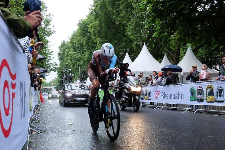 https://flic.kr/p/WapUwn   Konvoi   Tour de France Grand Départ - Einzelzeitfahren. Ein Fahrrad, Kamera, Materialwagen. Nicht im Bild: zwei Motorradpolizisten vorneweg.