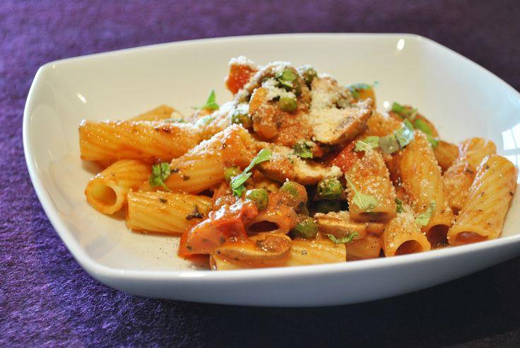 Küchenzaubereien: Tortiglioni in cremiger Tomatensoße mit Champignons & Erbsen