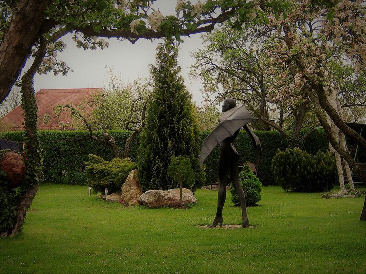"""Práce v prostoru - zahrada - socha - ,, Anděl-Ďábel""""."""