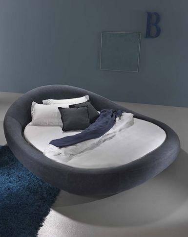 Nè rettangolare, nè tondo, Pebble è un letto dalle linee morbide che richiama nella forma i ciottoli lavorati dall'acqua di fiume. Un oggetto scenografico, la cui silhoutte sembra disegnata per accogliere la persona, sia nel momento del relax che della lettura. Il letto si accompagna a due pouff, seduta o comodino da comporre e usarea piacere.http://www.dorelan.it/letto-rotondo-pebble.html