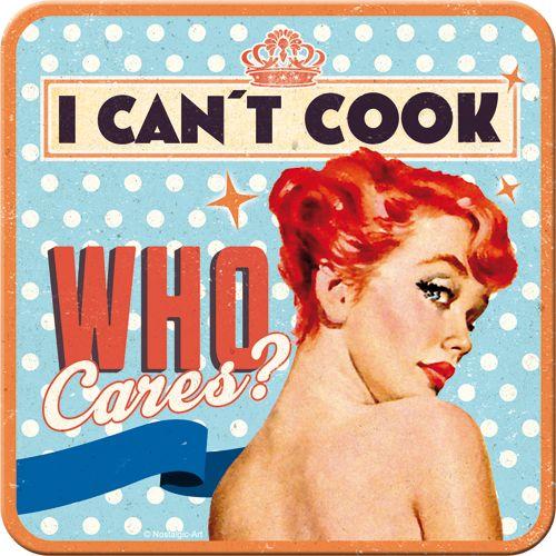 Sada 5ks plechových tácků I Can't Cook, Who Cares? na korkovém podkladu o rozměrech 9×9cm rozhodně nesmí na vašem jídelním stole chybět. Plechové tácky I can't cook, who cares?