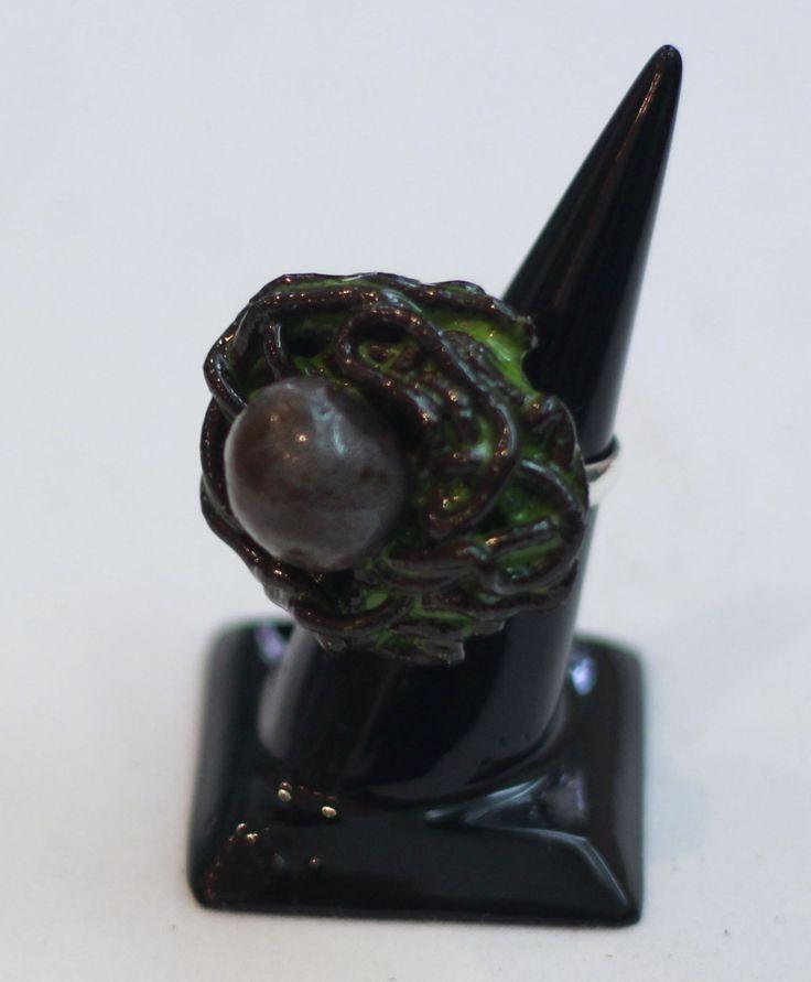 Özel tasarım seramik yüzük. Aperesi 925 ayar gümüştür. Satın almak ve diğer ürünleri görmek için www.azimeozgen.com adresini ziyaret edebilirsiniz.