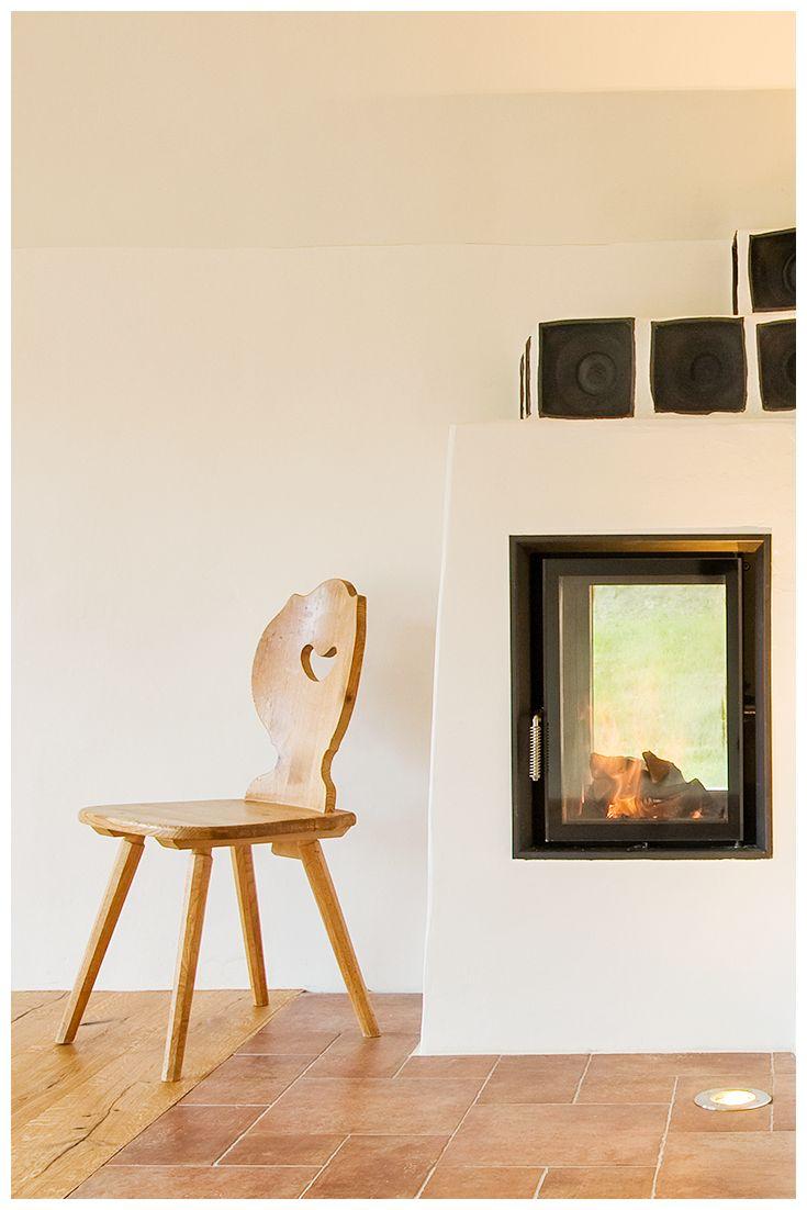 Hinsetzen, entspannen, aufwärmen. Und Heizkosten sparen. Energie von wasserführenden Kachelöfen kann sowohl zum Beheizen des Wohnraumes, als auch von Warmwasser benutzt werden.  Sinnvoll und einfach nur schön.  Mehr Ideen zum Thema wasserführende Kachelöfen von BRUNNER: