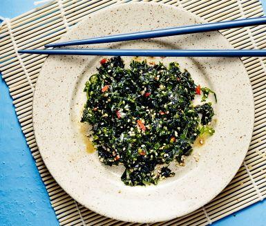 Väck smaklökarna med den här ljuvligt goda rätten! Strimla havssallat, som är en slags grönalg, och blanda med finhackad chili, rostade sesamfrön, japansk soja, risvinäger, sesamolja och lite strösocker. Servera till fisk eller skaldjur.