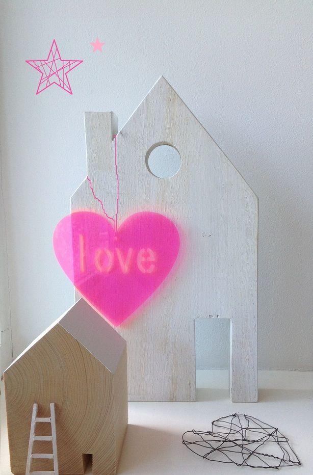 houten huisjes leuk om 2 of 3 aan de muur te bevestigen met afstand van 10 cm vd muur