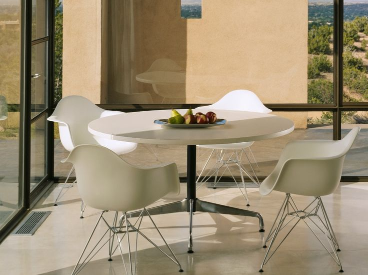 Uma sala de jantar com as Cadeiras Eames Eiffel é muito linda.