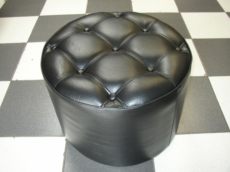 PUFF CIRCUM NEGRO CAPITONE  Medidas generales diametro 50 cm - altura 35 cm, tela vinílica tipo exportación , tapizado capitoné con botones, patas opcionales.