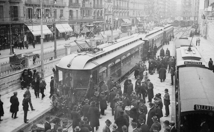 1916 - Autoritats i convidats a la inauguració de la nova línea de ferrocarril de Barcelona a Les Planes, Barcelona. 28-11-1916. Carrer Pelai