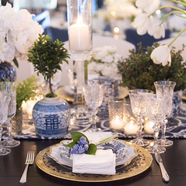 Beautiful blue and white tablescape - color with flowers pots and fabric & 263 best Table Settings images on Pinterest   Mise en place Table ...