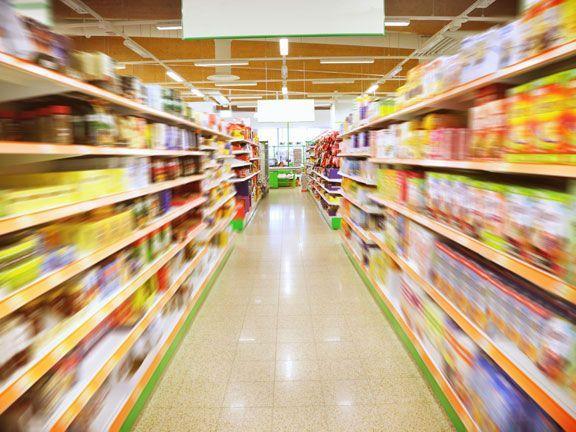 Die Verbraucherorganisation Foodwatch warnt vor Mineralöl in Recycling-Verpackungen und fordert einen besseren Schutz von Lebensmitteln.