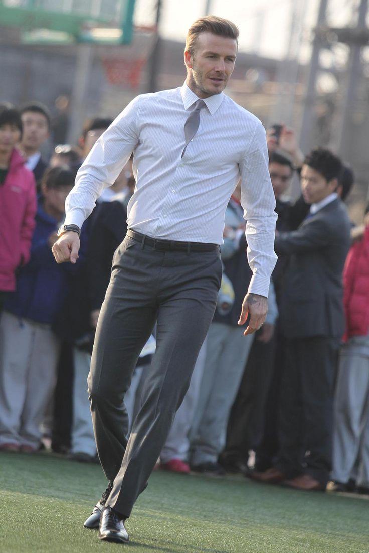 David Beckham (II) Jugando futbol con traje
