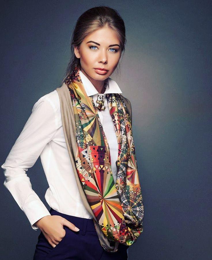 На работу - как на праздник? Легко! Украсьте белую рубашку звонкой брошкой и завершите образ шелковым снудом в тех же тонах. Вы - великолепны, дресс-код - соблюдён! #selenajewelry #lookoftheday #brooch #snood #образдня #снуд #брошка #брошь #офисныйстиль #офисныйлук #officelook #fashiontips #accessories #style #bijouterie #jewelry #бижутерия