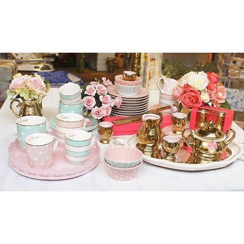 """Gente, o glamour dessas louças da Little Diva é coisa de outro mundo, só vendo pessoalmente mesmo pra crer. É tudo maravilhoso! ❤ Pra encontrar no site, é só digitar """"little diva"""" na busca. (47) 2105-9977 #truefriends #littlediva #louça #porcelana #dourado #gold #mesa #vestiramesa #mesaposta #candycolors #pastel #cozinha #kitchen"""