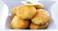 Υπέροχοι πατατοκεφτέδες !!! Μια συνταγή για ένα μεζέ που είναι πάντα ευπρόσδεκτος ως σνάκ ή ως ορεκτικό.. 1 κιλό πατάτες 1/2 κρεμμύδι ξερό τριμμένο 3 κ.