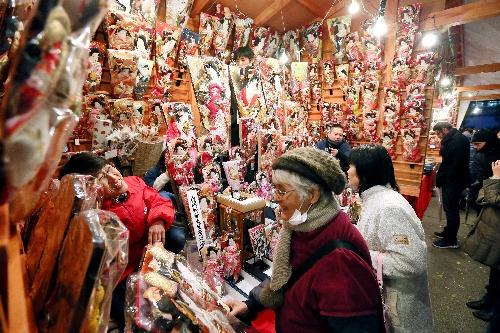 浅草寺で始まった羽子板市