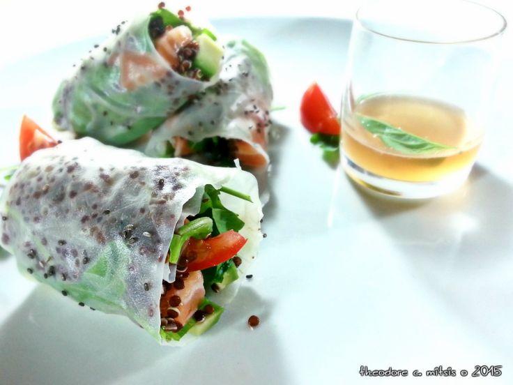 """Ρολάκια από φύλο ρυζιού με """"sashimi"""" σολομού, αβοκάντο"""