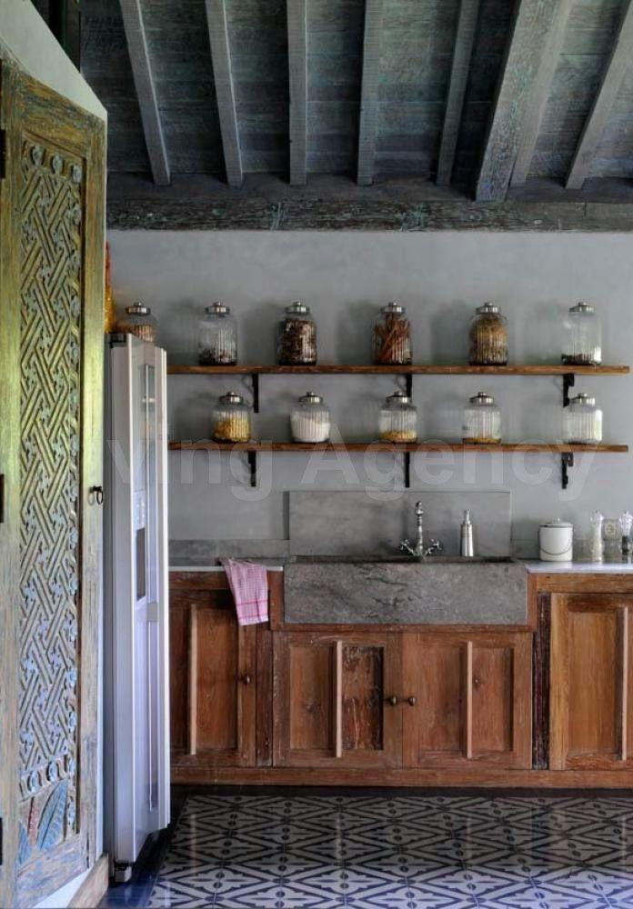Kuchyně inspirovaná Bali: otevřené police a ozdobné detaily jsou prvky, které stojí za napodobení.
