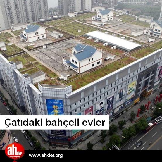 """Çatı bahçesi örneklerine muhtemelen rastlamışsınızdır, ancak """"çatıda bahçeli ev"""" örneğiyle muhtemelen ilk kez karşılaşıyorsunuz...  http://www.ahder.org/gunun-fotografi-catidaki-bahceli-evler"""