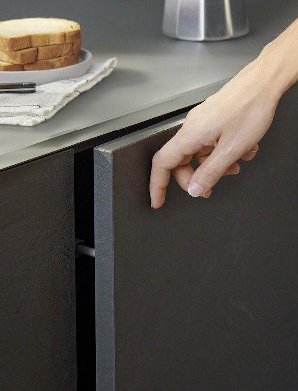 Le Systeme Push To Open De Notre Meuble Roche Va Vous Faciliter La Vie Il Vous Suffira D Un Geste Pour Trouver Ce Dont Vous Avez Cuisine Cuisines Deco Lapeyre