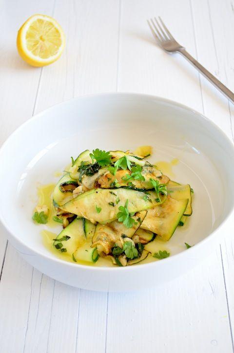 Een lekker Italiaans recept voor bij de anti pasti is gemarineerde courgette in kruiden olie.