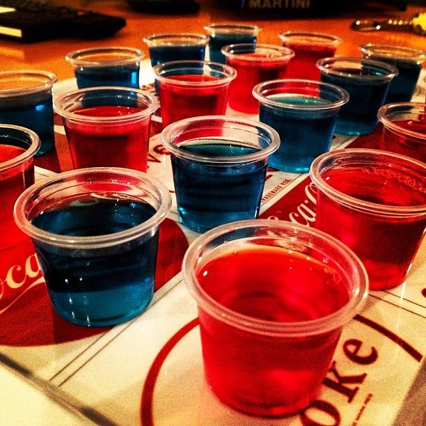 Ritrova la ricetta base dei jelly shot, i cocktails alcolici in gelatina, tipici delle serate universitarie USA .