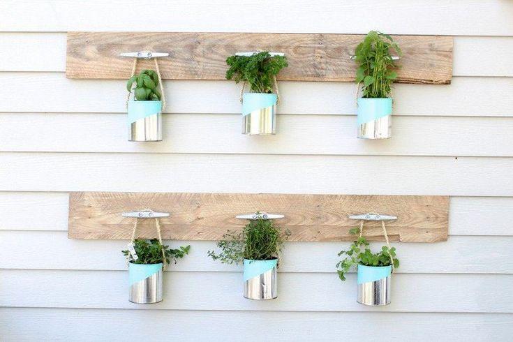 jardin d'herbes aromatiques à faire soi-même en lattes de bois et boîtes de conserves