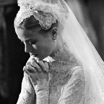#Realeza La princesa Grace de Mónaco el día de su boda con el príncipe Rainiero de Mónaco, en la Catedral de Mónaco el día 19 de Abril de 1956.