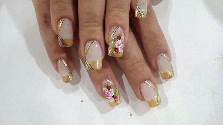 Gouden Nagels met een nail art met bloem