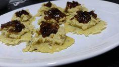 Canapés crujientes de queso parmesano con hummus y chutney de cebolla caramelizada