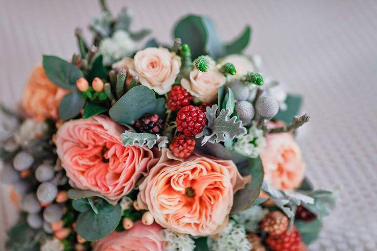 Букет невесты из розовых роз, серой брунии и цинерарии, зеленого