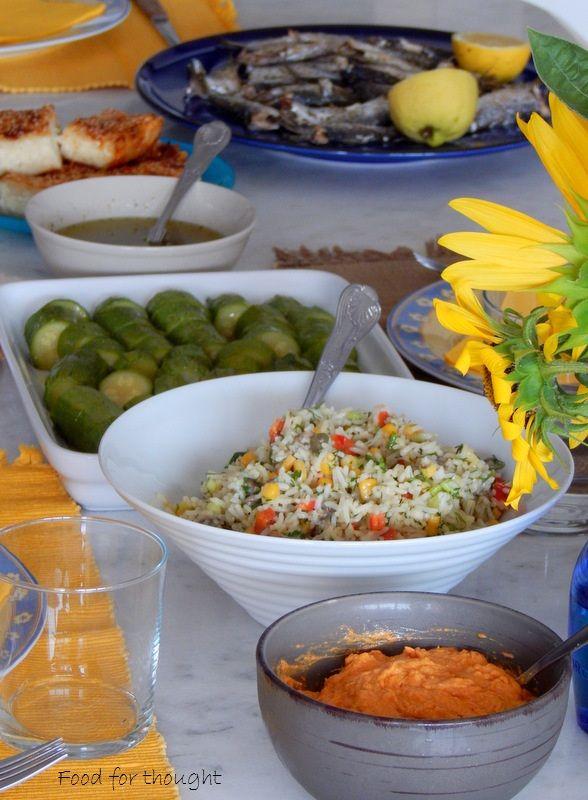 Ρυζοσαλάτα, ντιπ με φέτα και πιπεριά φλωρίνης, κολοκυθάκια βραστά, τυρόπιτα με τριμμένο φύλλο κρούστας, σαρδέλα ψητή.  http://laxtaristessyntages.blogspot.gr/