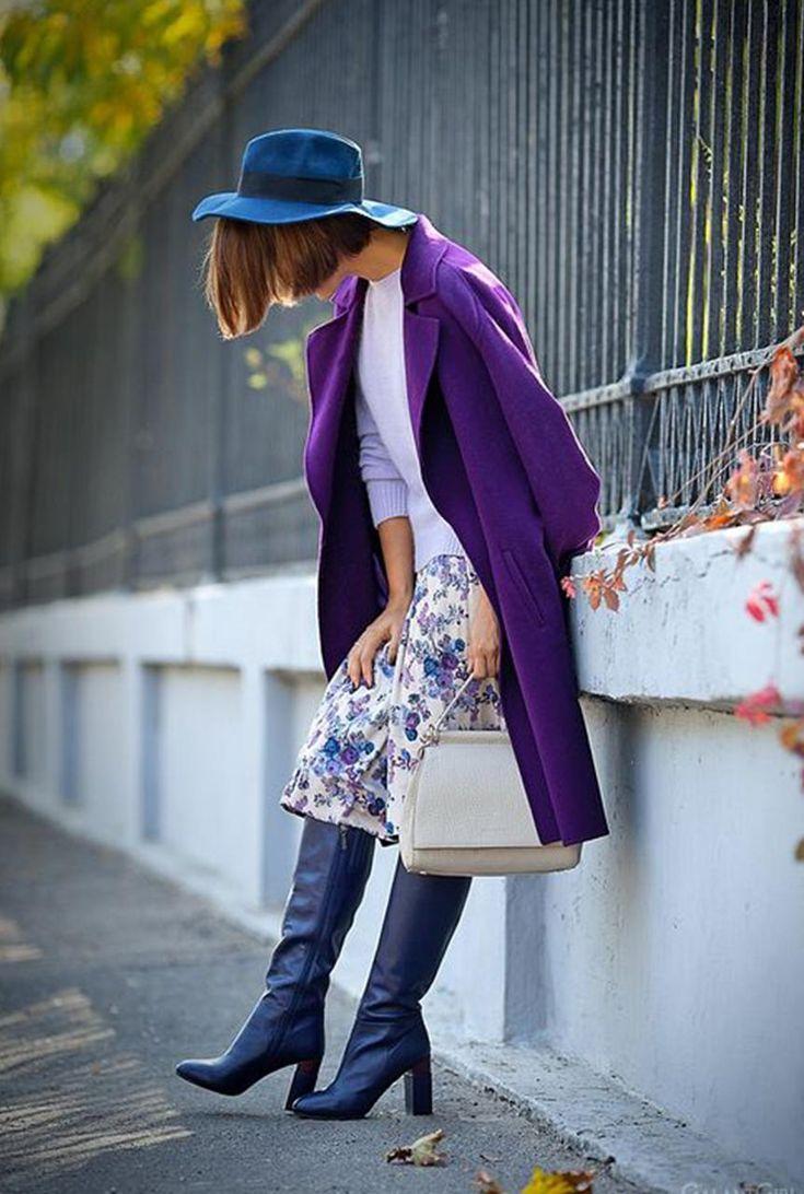 Conjunto abrigo morado, jersey blanco, falda estampada, botas negras, bolso blanco y sombrero azul | Mis conjuntos