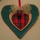 Cuore in feltro rifinito a mano con punto di ricamo cucito in filo seta. #natale #christmas #handmade