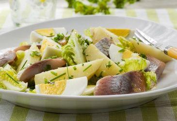 Sommerens potetsalat med egg og kryddersild