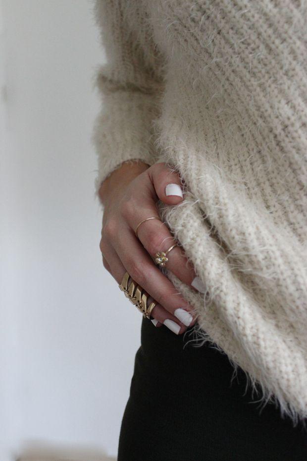Fashionblogger Caroline from STYLE GLOBO www.styleglobo.wordpress.comshows how to wear a dress with sneakers #ootd #sweater#dress#khakidress#fuzzysweater#cozysweater#layering#sweateroverdress#fashionblogger#outfit#todayslook#todaysoutfit#layering#blogger#style#streetstyle#streatwear