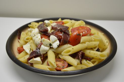 Pasta con bresaola, pomodorini e mozzarella