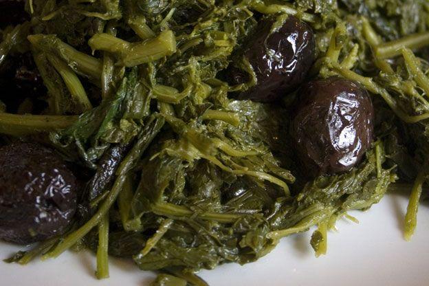 amareddi, verdure selvatiche con olive nere.