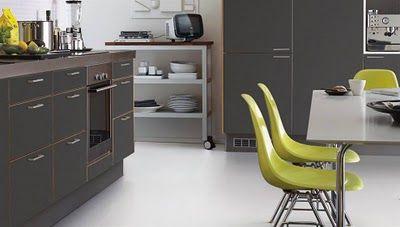 Cucina grigia e sedie gialle